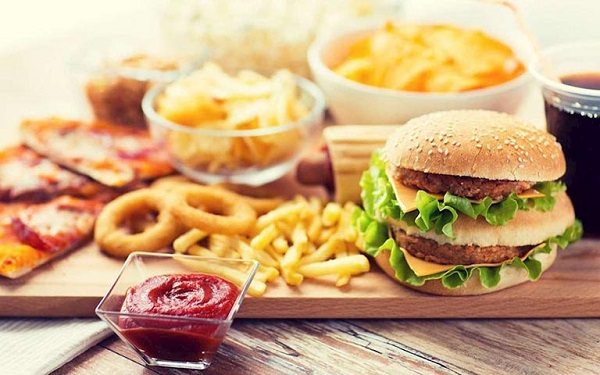Viêm amidan không ăn đồ nhiều dầu mỡ, cay nóng. Những đồ ăn này sẽ khiến bệnh viêm amidan cùng trầm trọng hơn.