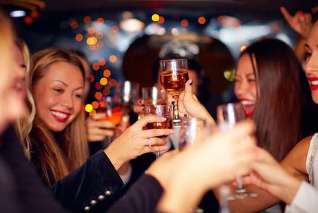 Người bệnh viêm amidan cần tránh uống rượu bia và các chất kích thích